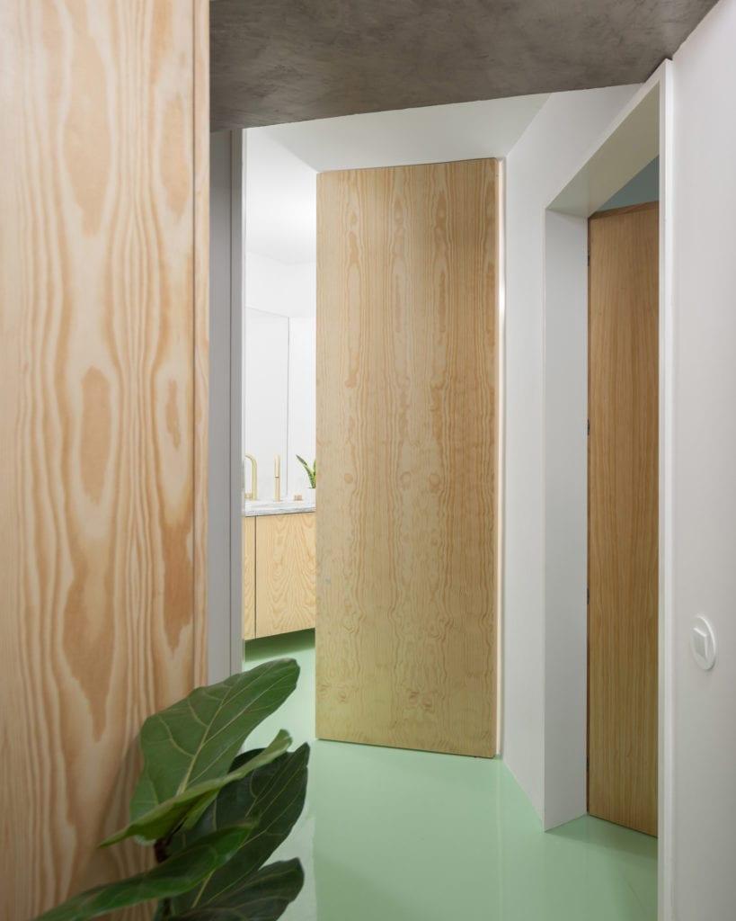 miętowa-podłoga-inspiracje-drewniane-drzwi-minimalizm