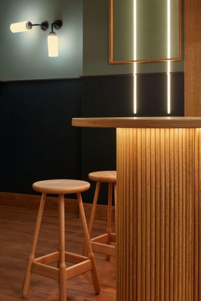 restauracja-wystrój-wnętrz-inspiracje-karavaan-drewno-hoker-zielen