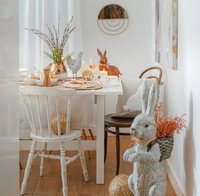 wielkanocna-aranżacja-stołu-inspiracje-biel-złoto-figurki-wielkanocne-inspiracje-kuchnia-jadalnia