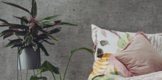 wiosenne-kolory-inspiracje-sypialnia-łóżko-róż-rośliny