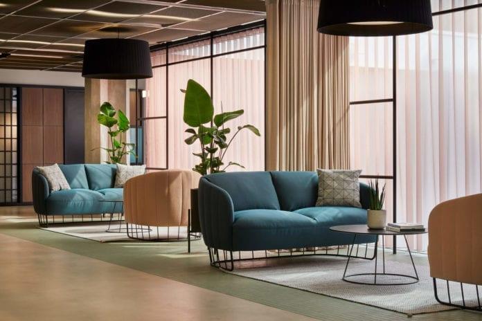 ciekawe-kolory-wnętrza-biura-inspiracje-kanapa-sofa-fotel0beton