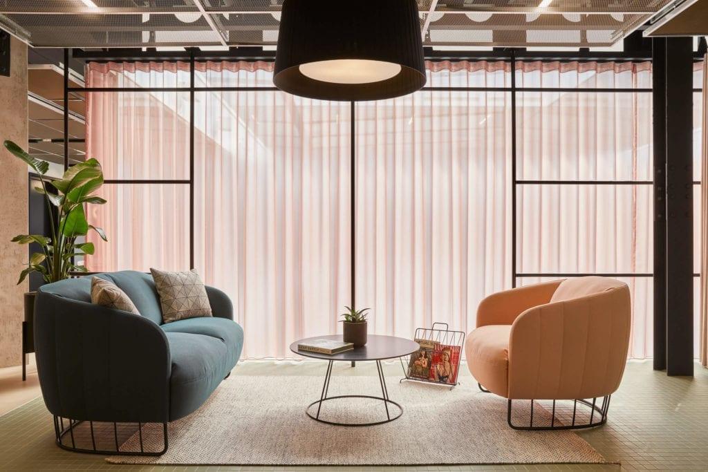 ciekawe-kolory-biuro-róż-błękit-inspiracje-fotel-stolik-sofa-lampa-zasłony