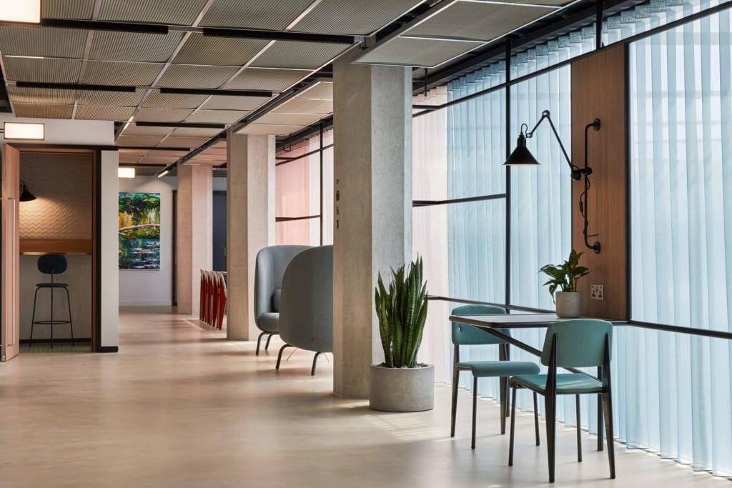 krzesła-biurko-inspiracje-wnętrze-biura-ciekawe-kolory