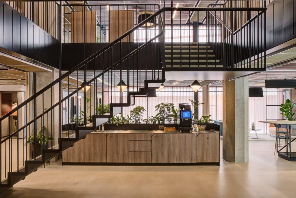 wnętrze-biura-inspiracje-drewno-beton