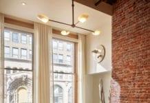 design-biura-w-los-angeles-inspiracje-kanapa-cegła-kominek-pokój-wypoczynkowy