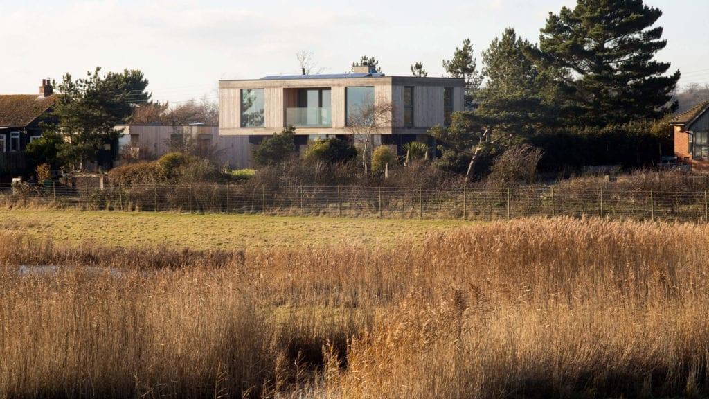 dom-widokowy-elewacja-inspirace-drewno-działka-architektura