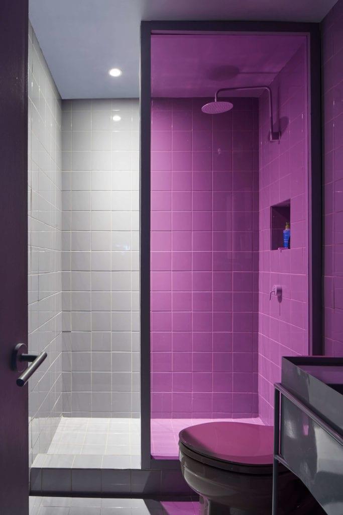 szara-łazienka-inspiracje-prysznic-kafle-fioletowa-szyba