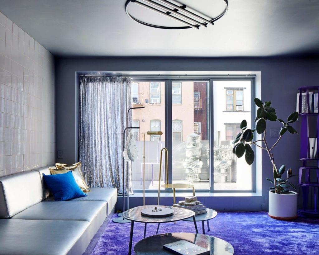 salon-z-tarasem-futurystyczne-wnętrze-inspiracje-szarość-fiolet