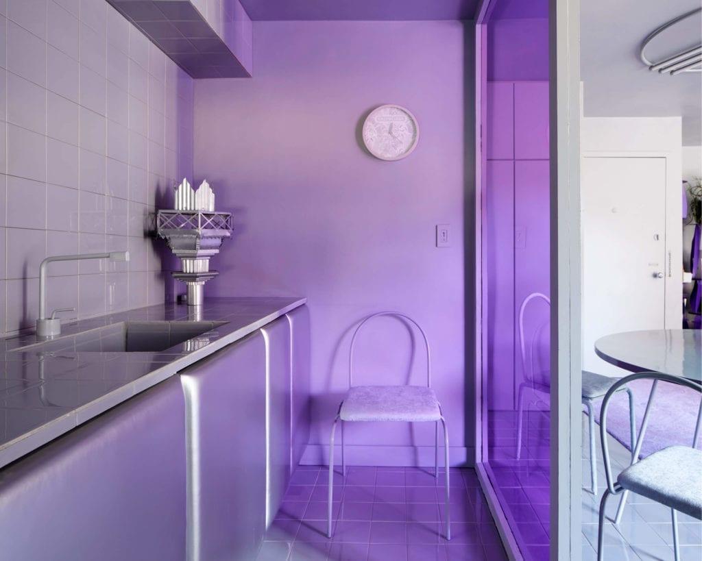kuchnia-szafki-tapicerowane-szarość-fioletowa-szyba