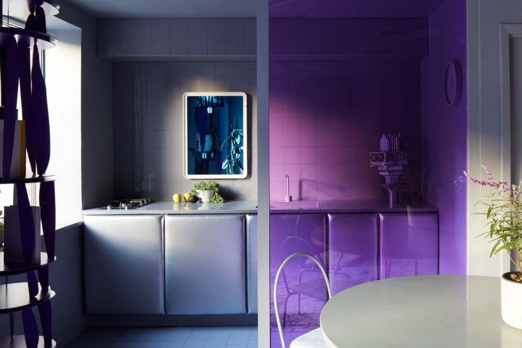 kuchnia-aneks-inspiracje-fiolet-szarość-kafelki
