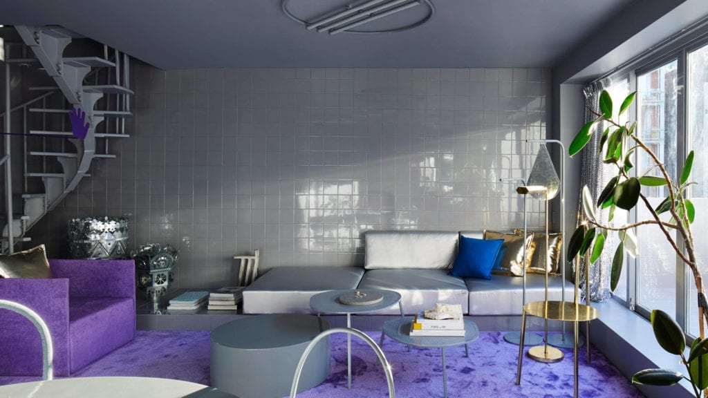 salon-inspiracje-wykładzina-szarość-kanapa-fiolet-kafle-futurystyczne-wnętrze