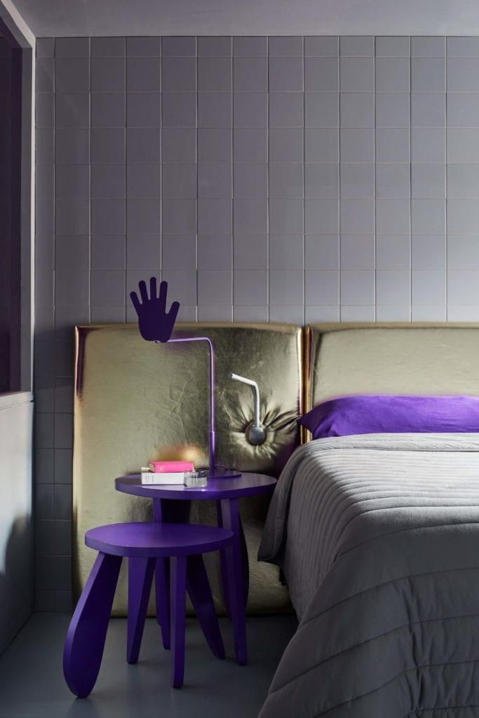 kafelki-szare-inspiracje-sypialnia-złoty-zagłówek-stolik