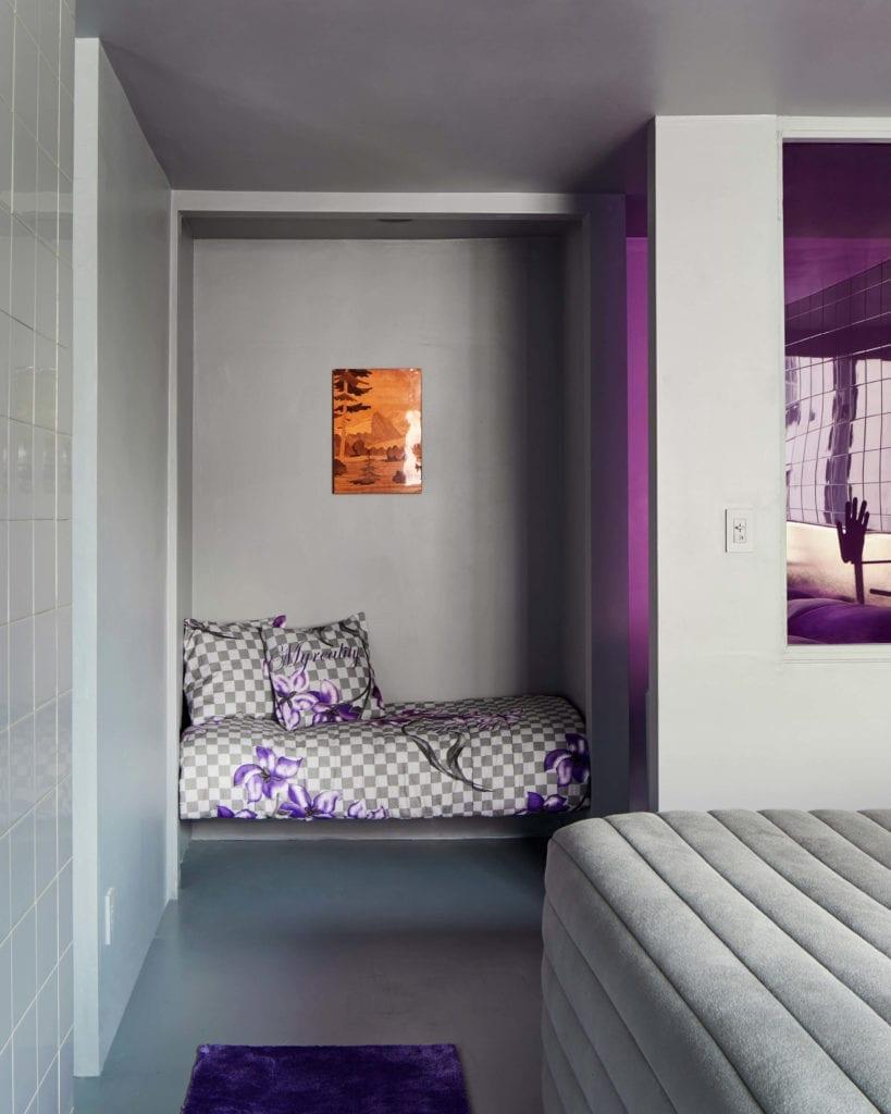 kącik-wypoczynkowy-do-czytania-książek-inspiracje-fiolet-czarość-futurystyczne-wnętrze-sypialnia