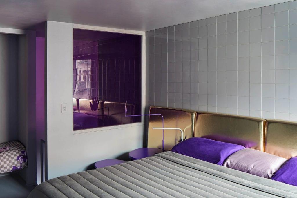 kafelki-szare-inspiracje-sypialnia-złoty-zagłówek-stolik-futurystyczne-wnętrze