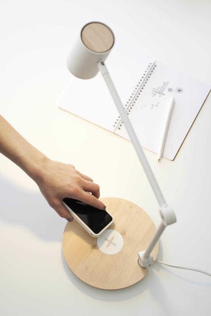 żarówka-LED-stacja-ładująca-dla-telefonu-lampa-na-biórko-jak-oszczędzać