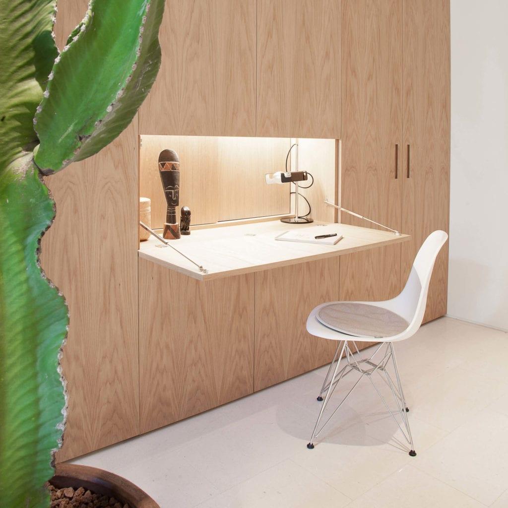 biurko-wmontowane-w-szafie-inspiracje-drewno-jak-urządzić-biuro-w-domu