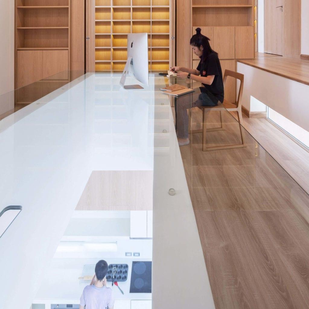 biurko-przezroczyse-inspiracje-drewno-home-office
