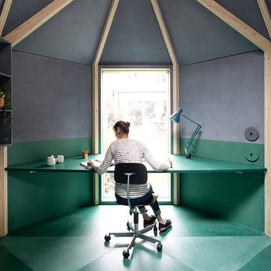 pokój-biur-home-office-w-ogrodzie-beton-zieleń-inspiracje-biurko