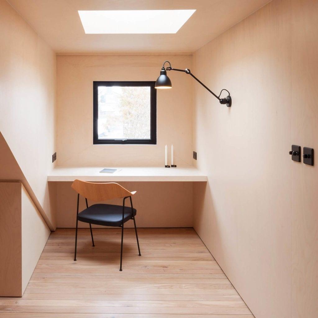 domowe-biuro-sklejka-inspiracje-biurko-krzesło-jak-urządzić-biuro-w-domu