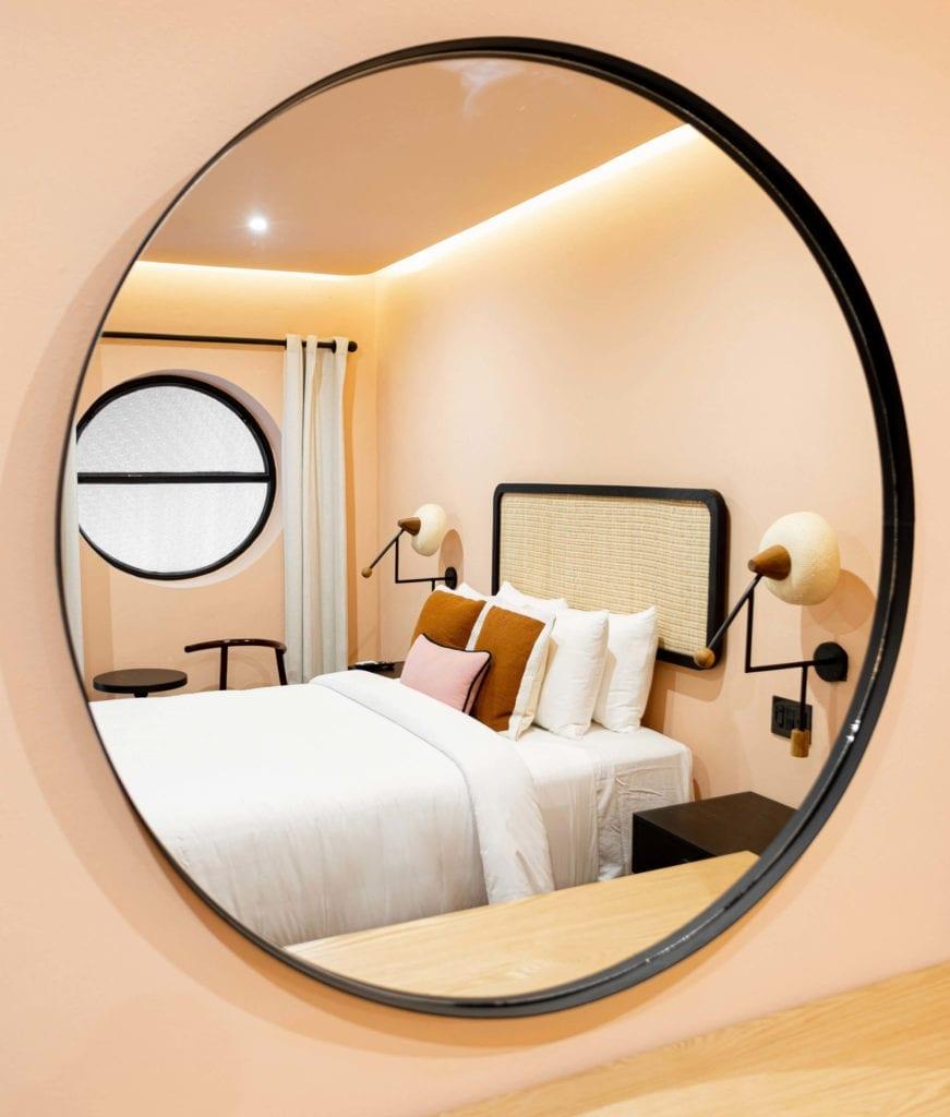 połój-hotelowy-raan-inspiracje-łóżko-sypialnia-lustro