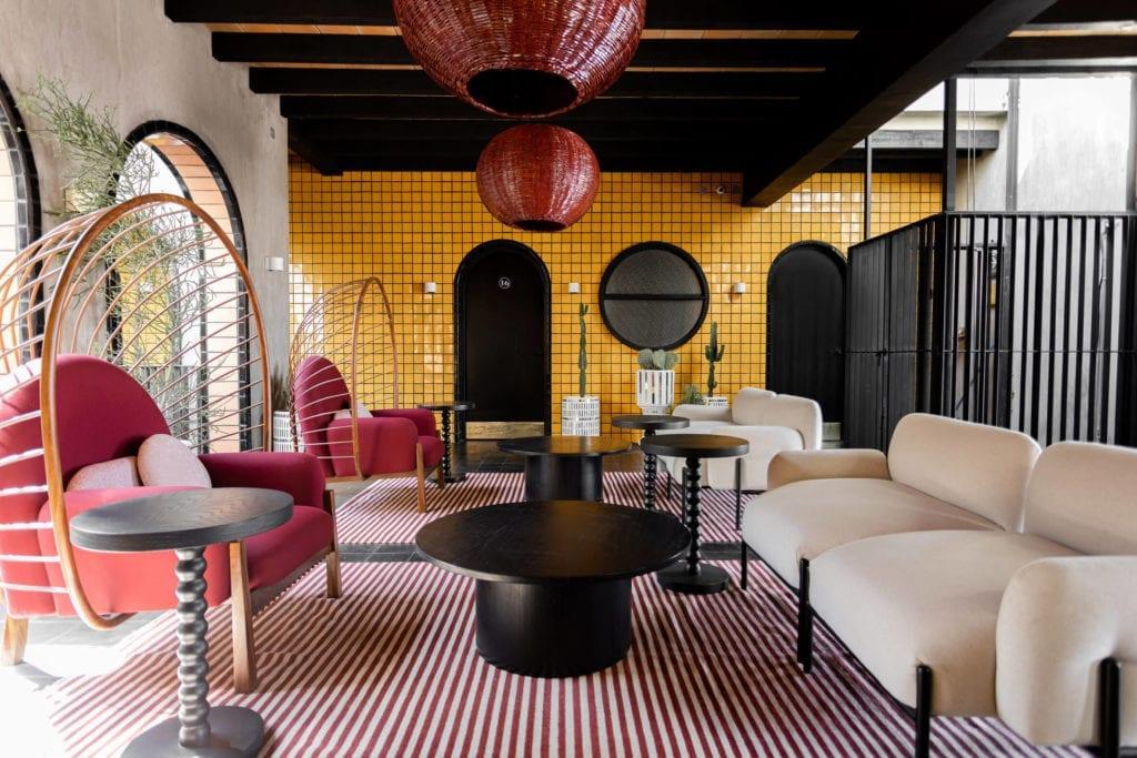 miejsce-wypoczynkowe-inspiracje-fotele-czerwień-żółty-jaskrawe-kolory