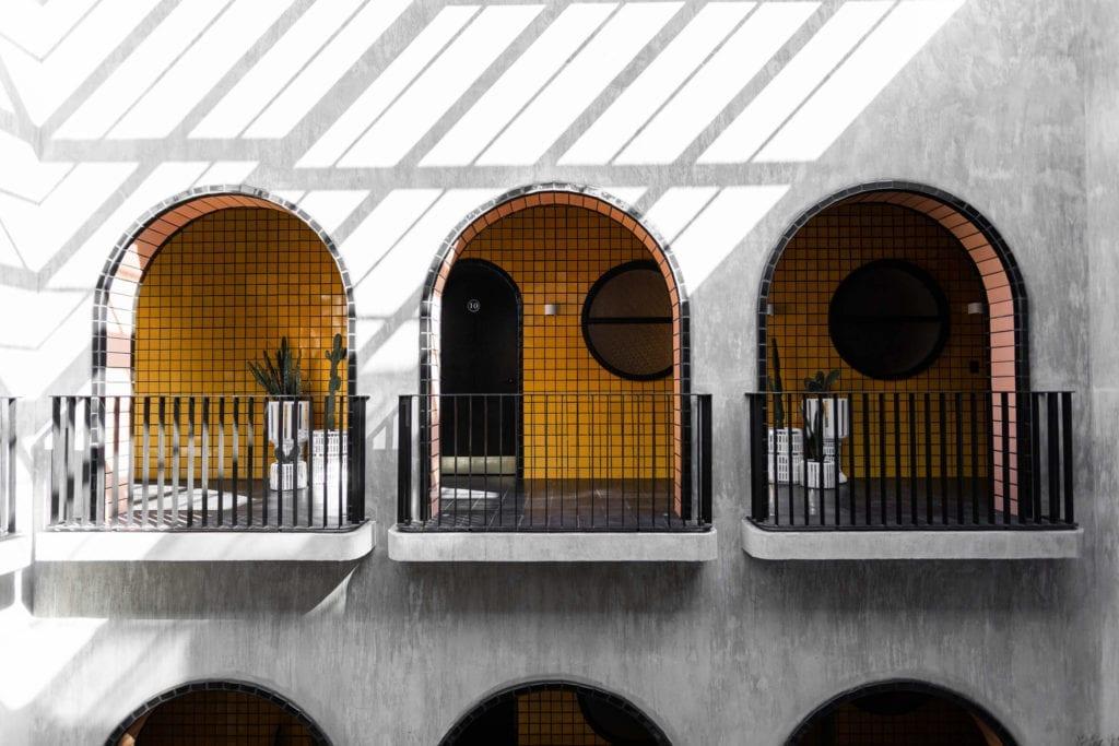 łuki-inspiracje-jaskrawe-kolory-żółty-ściany-beton