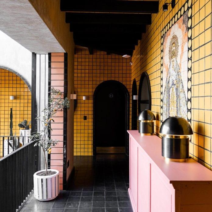 jaskrawe-kolory-płytek-inspiracje-wnętrze-hotel-róż-żółty