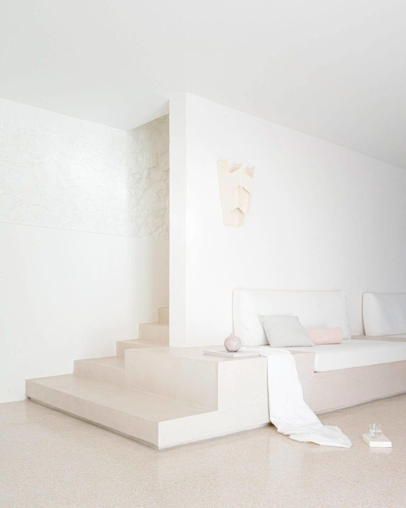 salon-inspiracje-kanapa-wbudowana-biel-minimalistyczny-wystrój-wnętrz