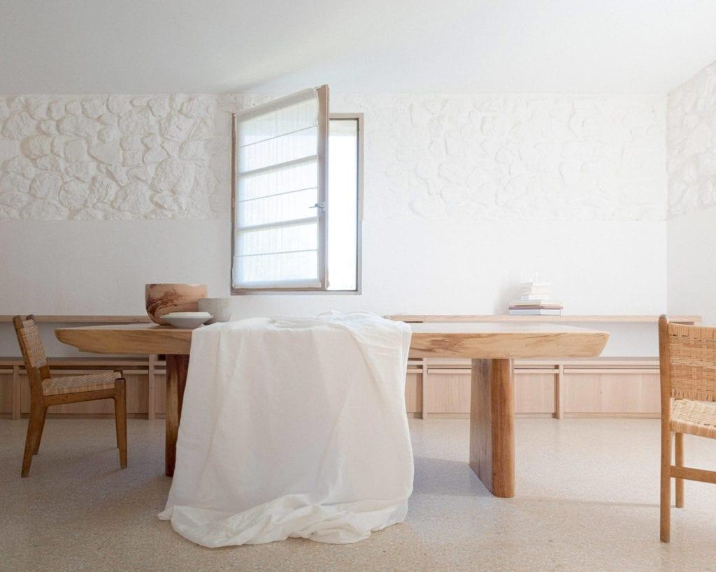 jadalnia-drewniany-stół-inspiracje-plecione-krzesła-biel
