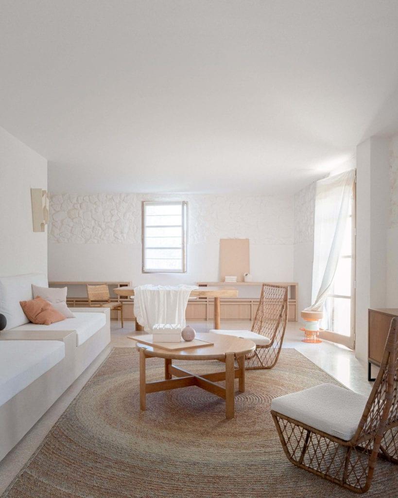 jasne-wnętrze-biel-inspiracje-salon-minimalistyczny-wystrój-wnętrz