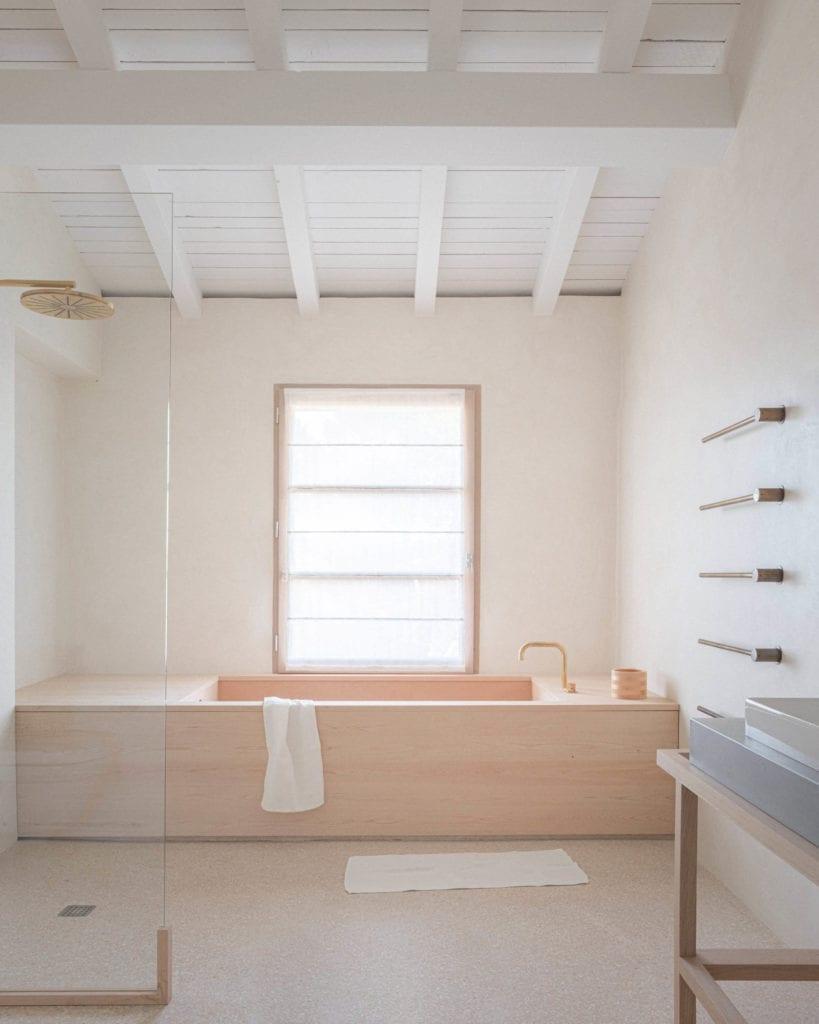 łazienka-w-drewnie-biel-inspiracje-minimalistyczny-wystrój-wnętrz