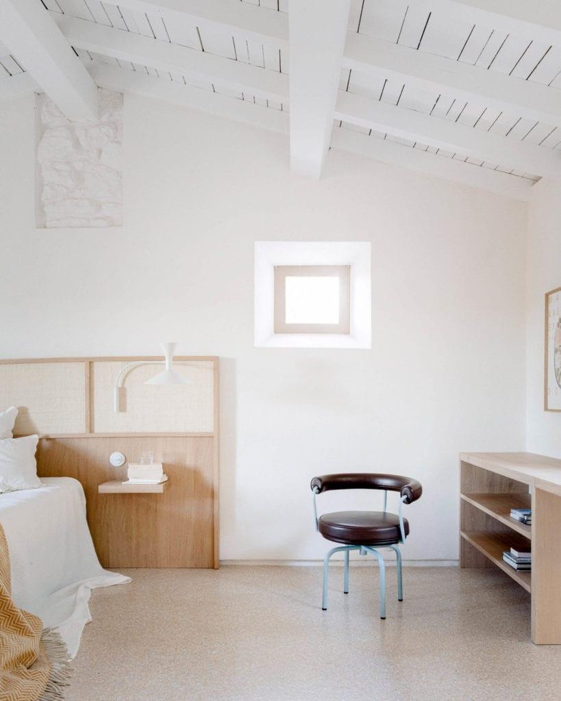 minimalistyczny-wystrój-wnętrz-sypialnia-biurko-krzesło-drewno-biel