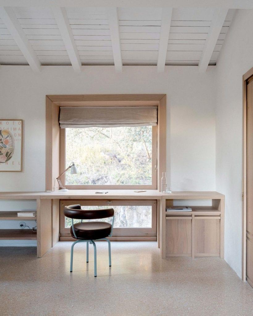 sypialnia-biurko-krzesło-drewno-biel-home-office-inspiracje-okno