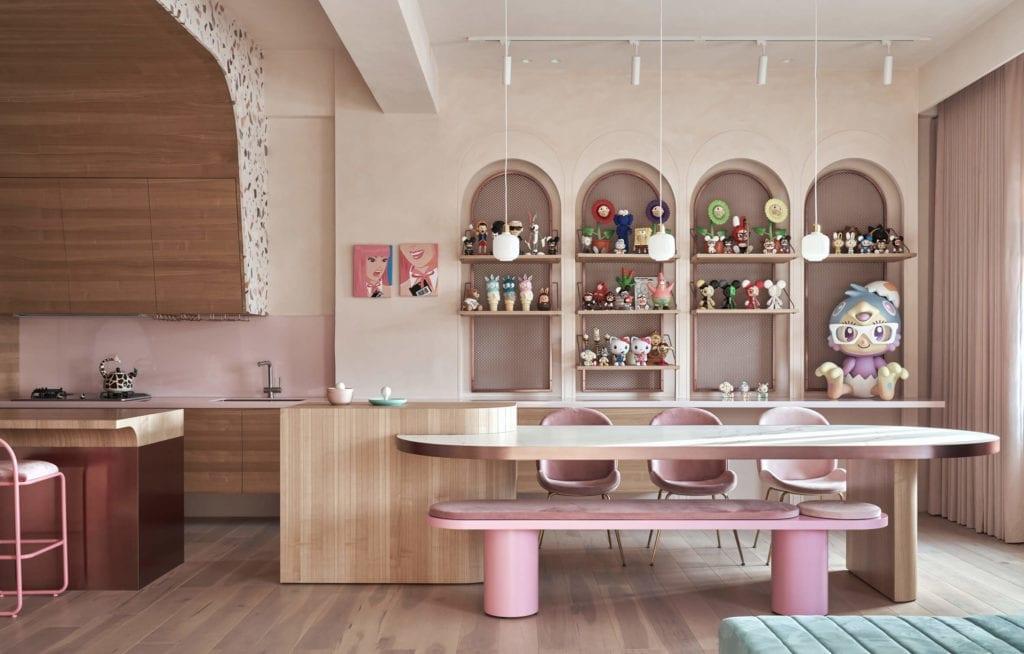 kuchnia-różowe-ściany-inspirajce-stół-krzesła-drewno