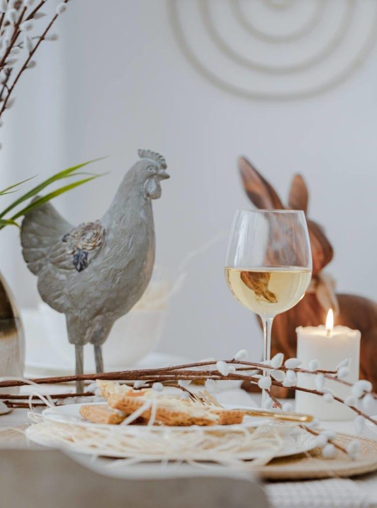 wielkanocne-inspiracje-aranżacja-stołu-figurka-dekoracje-stołu