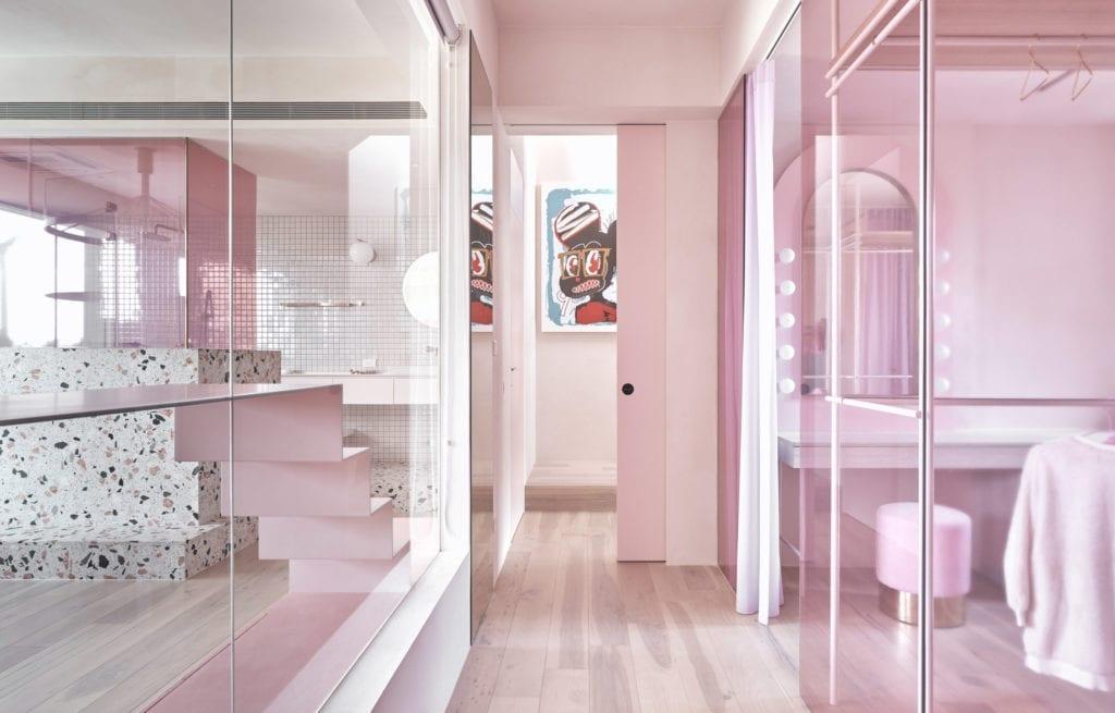 różowe-ściany-inspiracje-szyba-biel