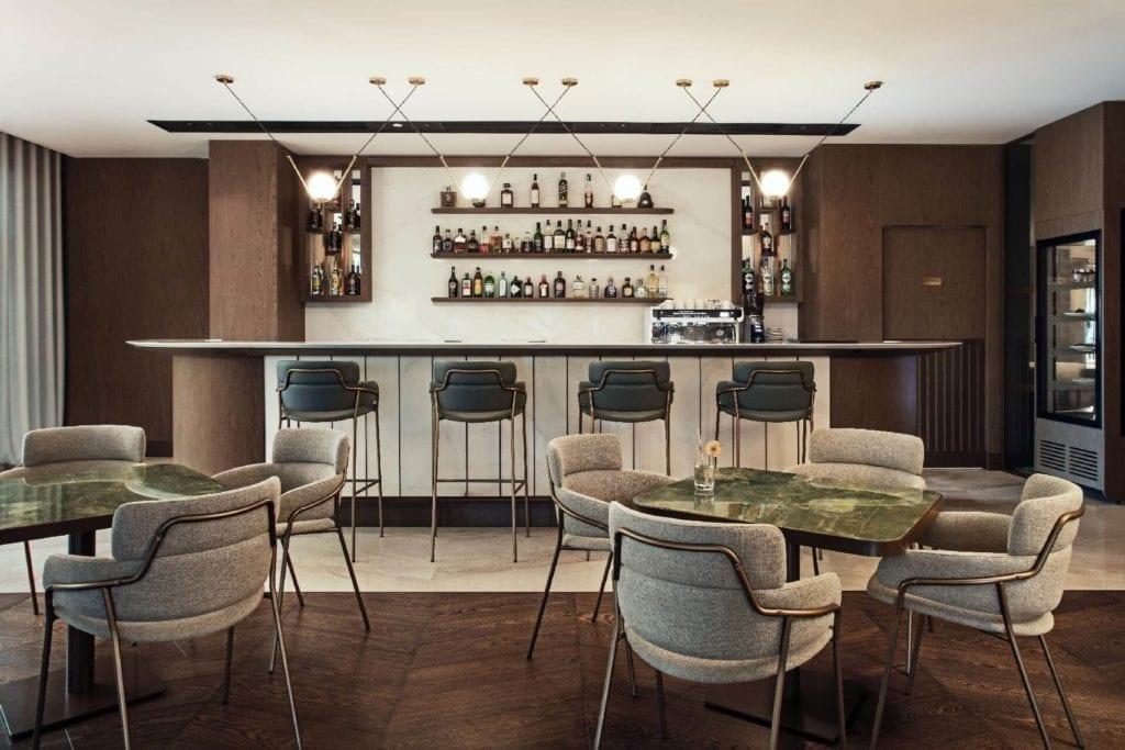 drewno-Hilton-Świnoujście-Resort-&-Spa-Cosentino-hotel-luksusowe-wnętrze-krzesła-fotele-stoliki-restauracja-bar