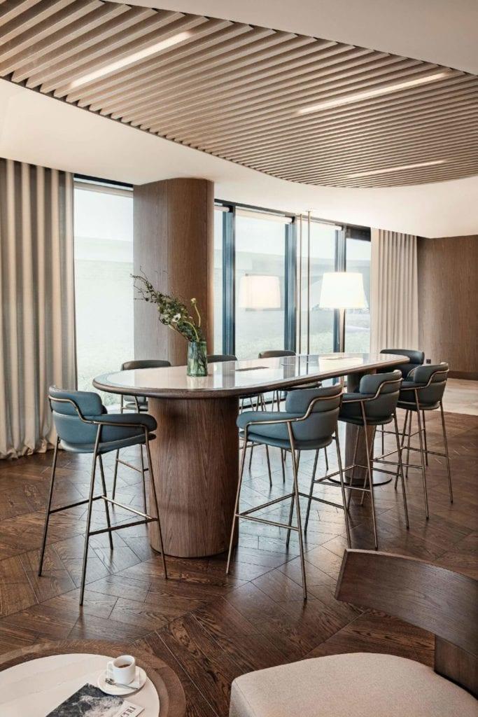 Hilton-Świnoujście-Resort-&-Spa-Cosentino-bar-stoliki-inspiracje-drewno