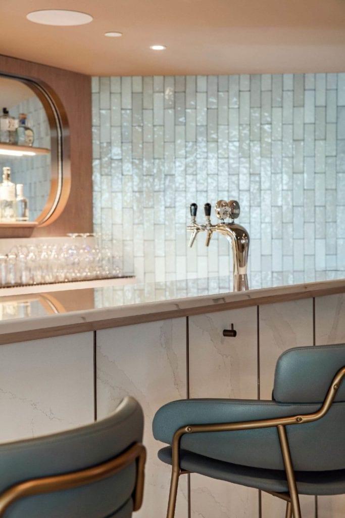kafelki-inspiracje-bar-wnętrze-Hilton-Świnoujście-Resort-&-Spa-Cosentino-hokery-lustro-lluksusowe