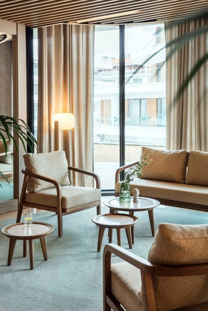 wnętrze-hotelu-inspiracje-dywan-stoliki-strefa-wypoczynku-fotele-dora-hotelowe-drewno