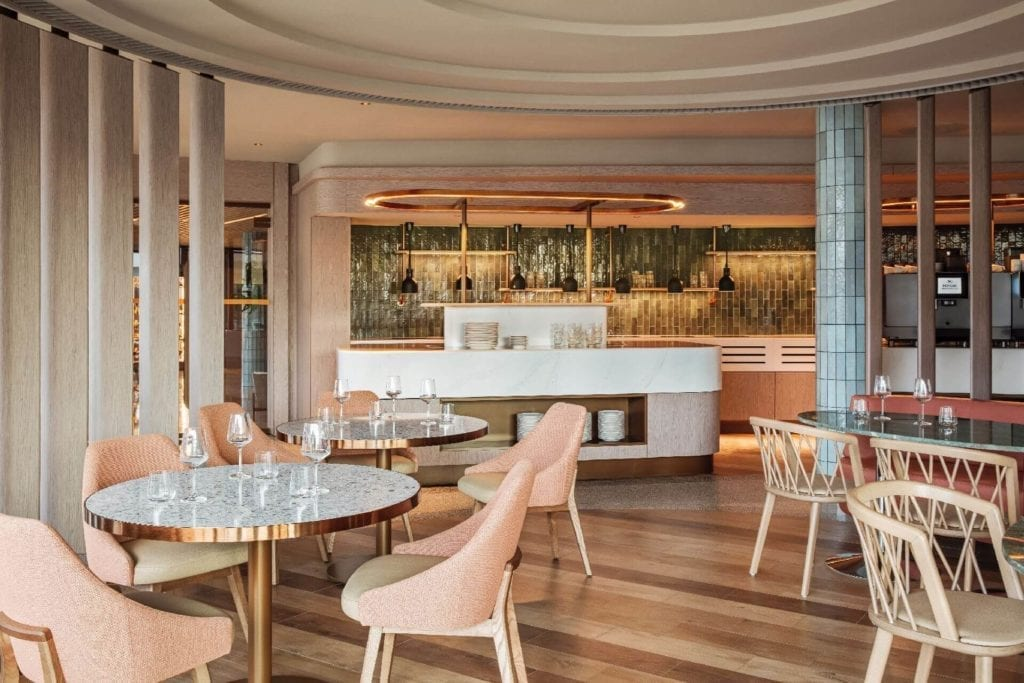 bar-restauracja-wnętrze-hotel-Hilton-Świnoujście-Resort-&-Spa-Cosentino-krzeła-stoliki-luksusowe-drewno