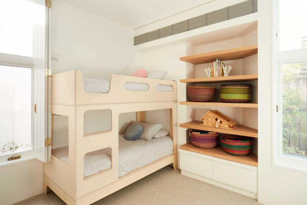 sypailnia-dla-dzieci-dom-wakacyjny-inspiracje-drewno-półki