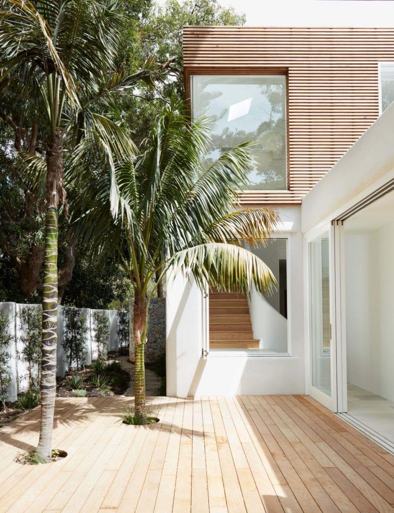 taras-wnętrze-drewno-palma-inspiracje-biel