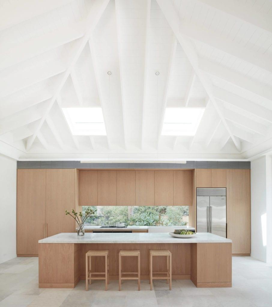 kuchnia-otwarta-z-oknem-drewno0inspiracje-stół-bar