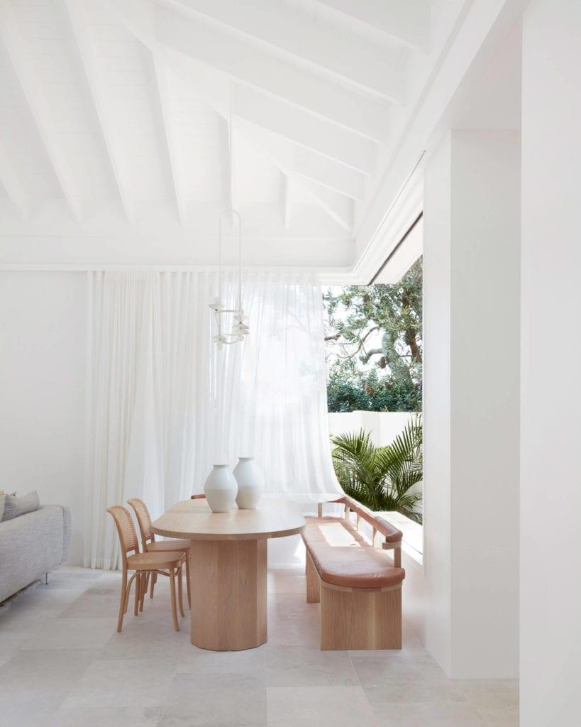 jadalnia-białe-wnętrze-dom-wakacyjny-stół-krzesła-ławka