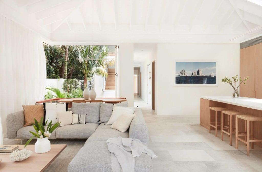 dom-wakacyjny-salon-kanapa-inspiracje-narożnik-wnętrze-białe-ściany-barek-stół-kuchnia