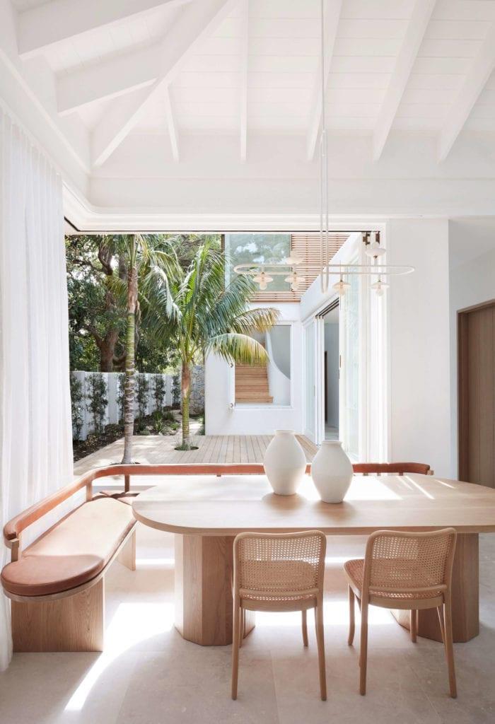 jadalnia-stół-dom-wakacyjny-ławka-krzesła-biel-lampa