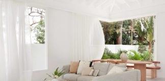 dom-wakacyjny-salon-kanapa-inspiracje-narożnik-wnętrze-białe-ściany