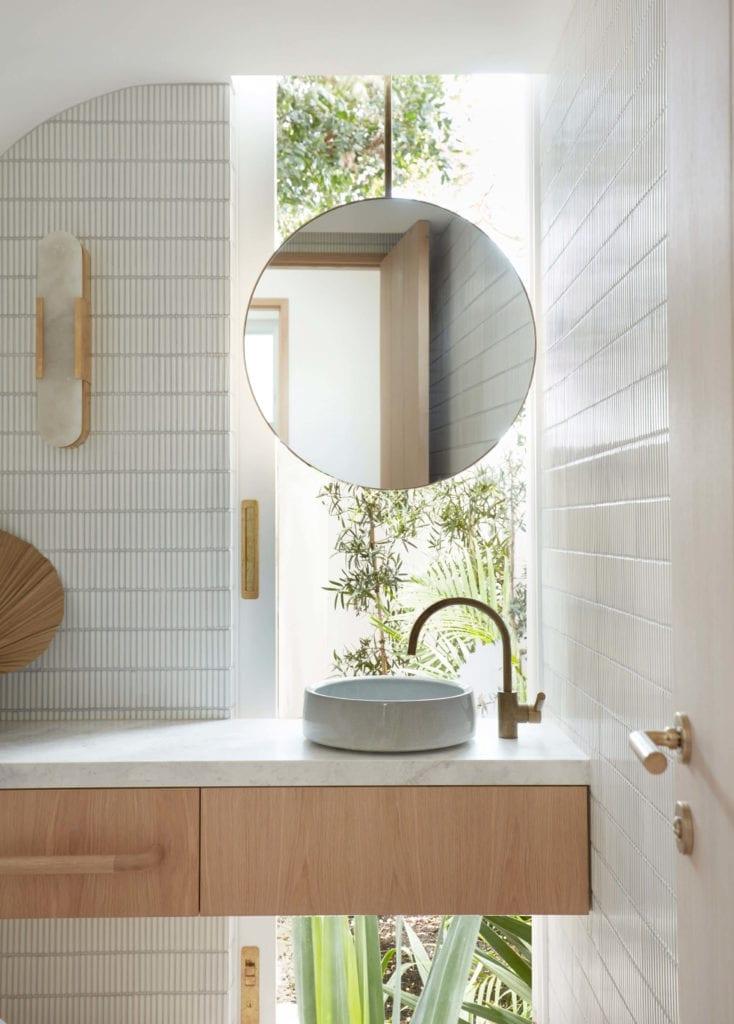 łazienka-umywalka-nablatowa-lustro-kran-bateria-drewno-płytki-marmur-inspiracje