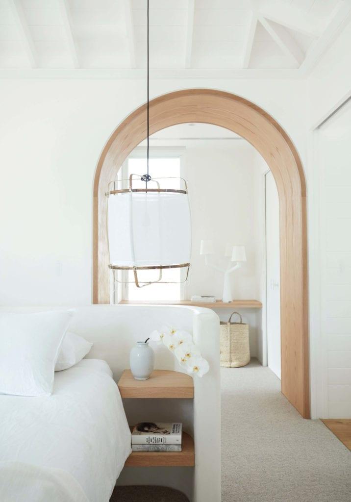 sypialnia-zagłówek-łóżko-inspiracje-lampa=białe-wnętrze-łuk-dom-wakacyjny